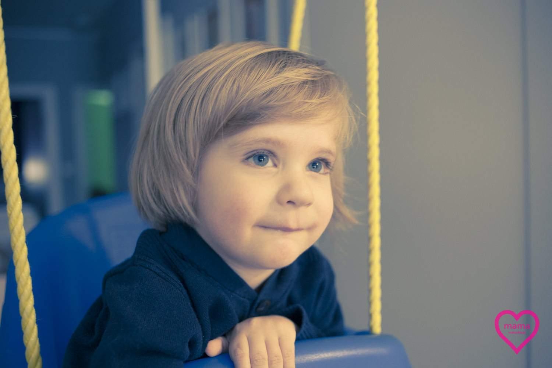 chłopiec z długimi włosami